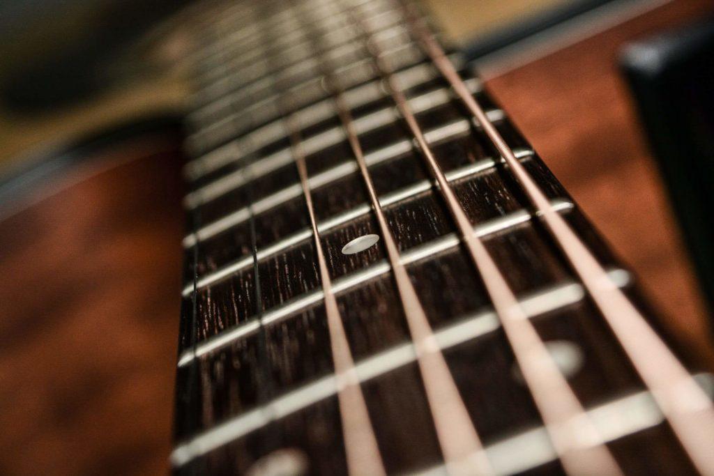 Griffbrett einer Akustikgitarre